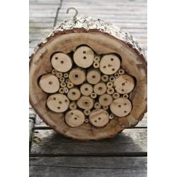 Domek dla dzikich pszczół z plastra drewna