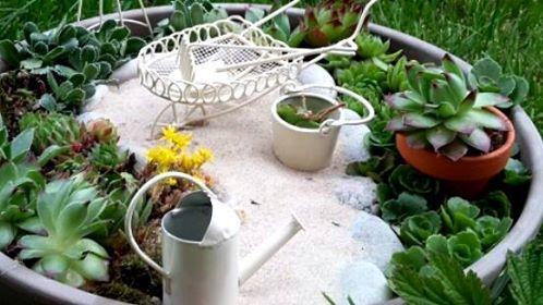 Miniaturowa ścieżka w mini ogródku