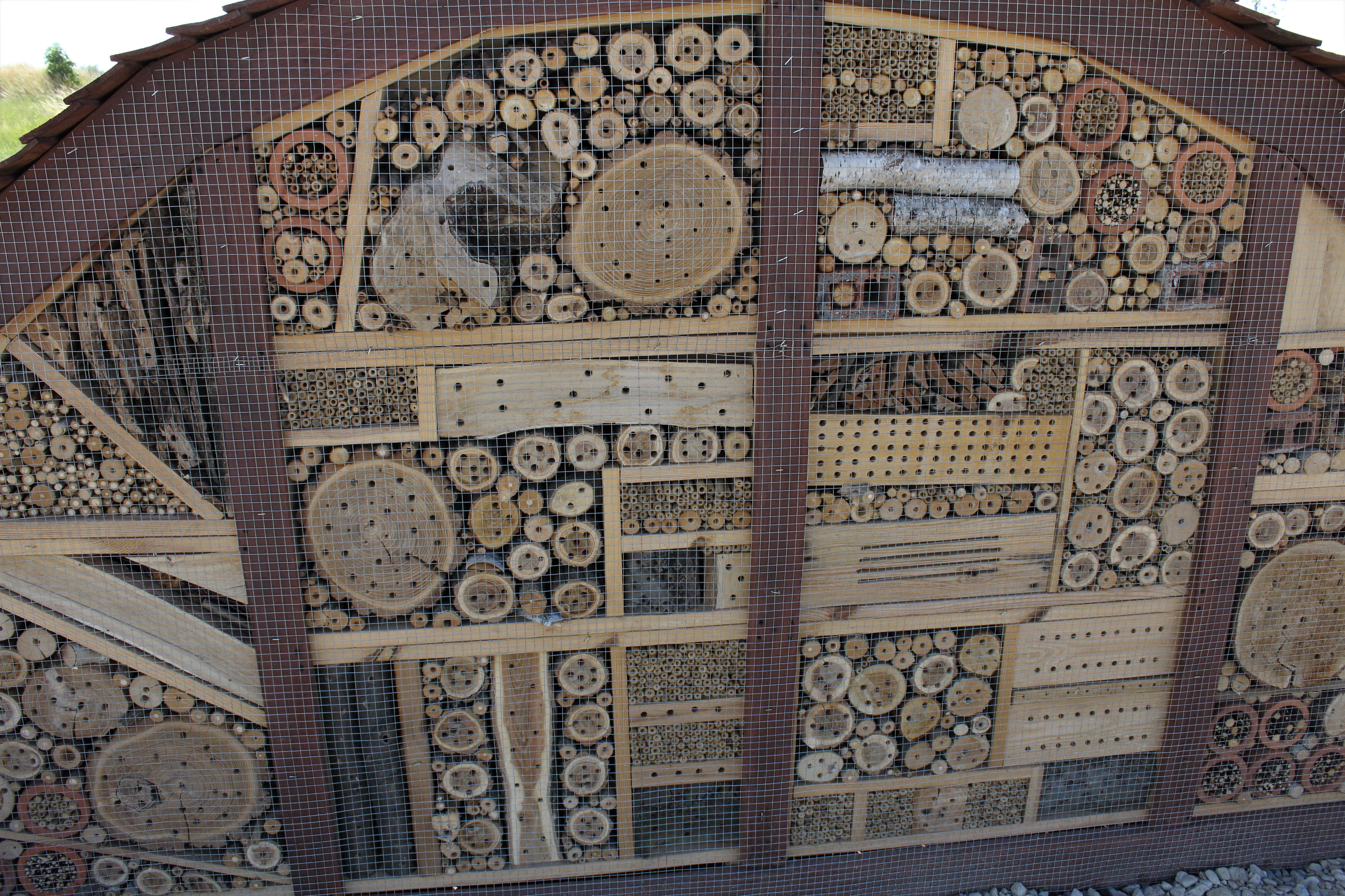 Największy hotel dla zapylaczy zbudowany jest z materiałów naturalnych, w części pochodzących z recyklingu.